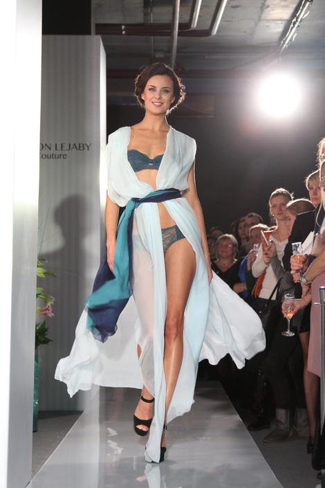Модель на показе Maison Lejaby Couture