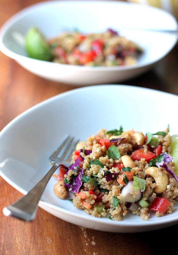 Тайский салат из киноа и арахиса