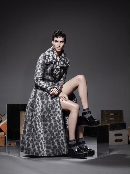 Пальто из жаккарда, сандалии, все — Céline; ремень, Hermès; серьга, Robert Lee Morris; кольцо, розовое золото, Repossi; носки из шерсти, Maria La Rosa