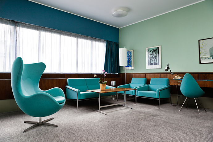 Кресло Egg Chair в номере отеля Radisson Blu Royal Hotel