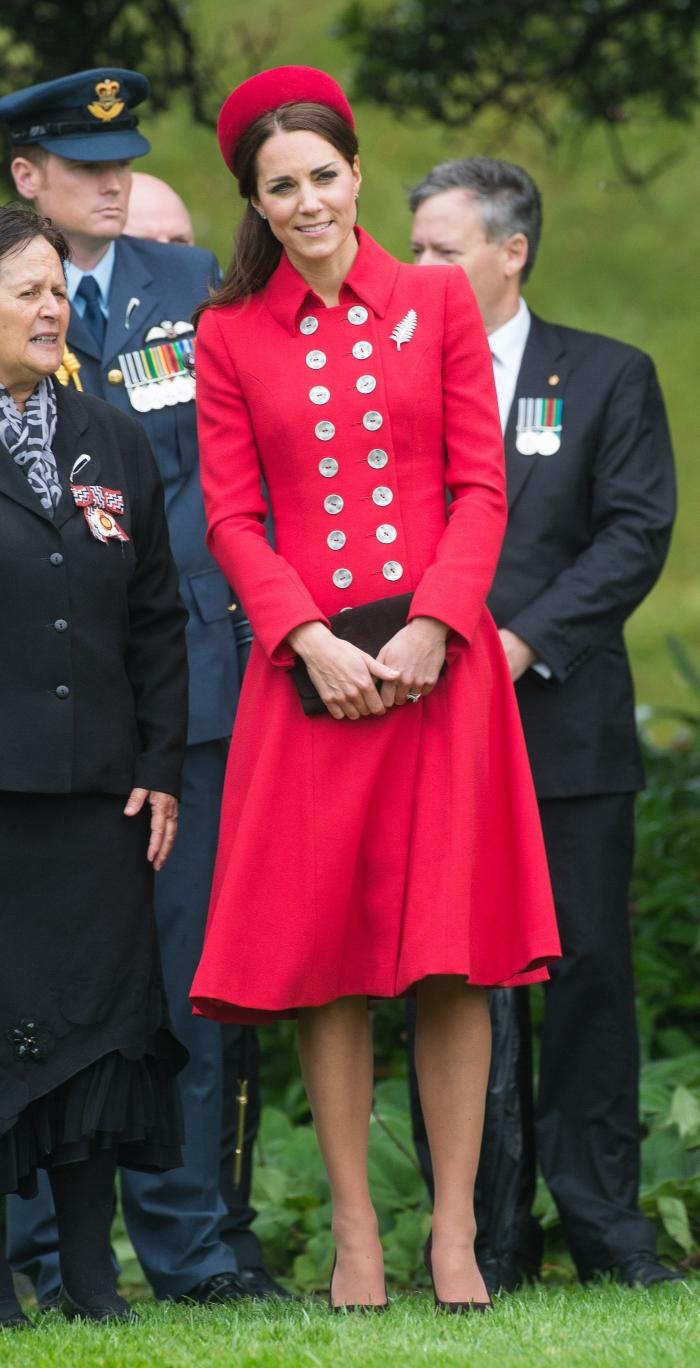 Герцогиня Кембриджская Кэтрин Элизабет в красном палто