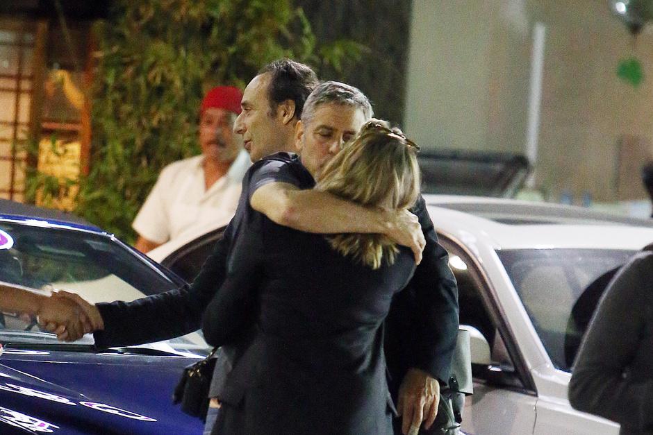 Джордж Клуни с незнакомкой