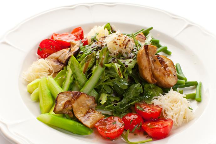 Салат из белых грибов со спаржей, помидорами и подкопченным сыром