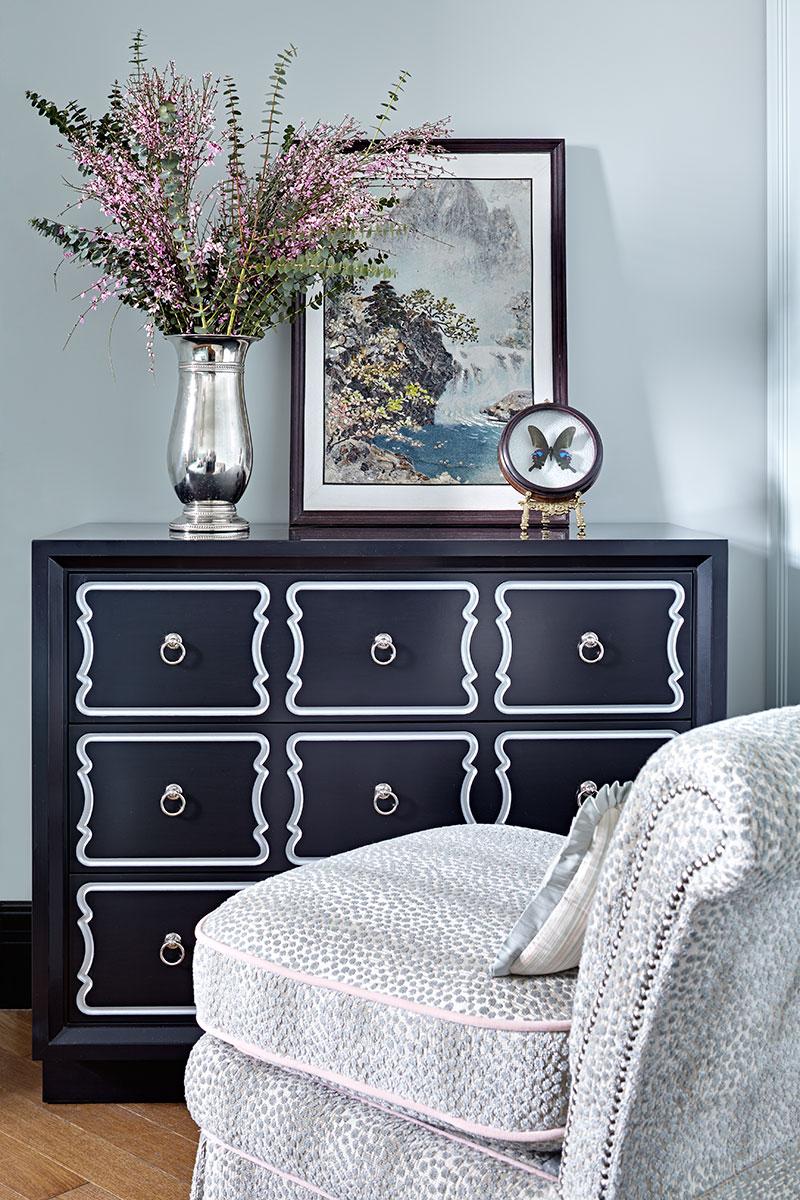 Фрагмент спальни. Комод, Dorothy Draper Collection, Kindel Furniture. Кресло изготовлено по эскизам дизайнера.