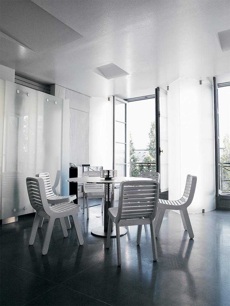 В столовой стулья MY 68, дизайн Майкла Янга для Sawaya & Moroni, стоят вокруг стола A работы Мартина Шекели.