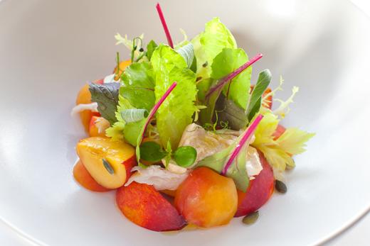 салат с нектарином, подкопченной курицей