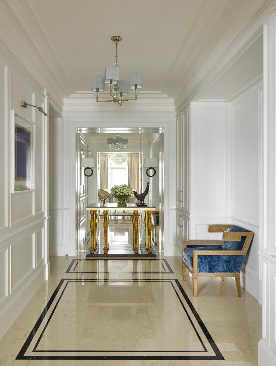 Холл. Шкафы изготовлены на заказ. Антикварная консоль, XVII век, куплена в Лондоне. Кресло, Collection Pierre. Люстра, Vaughan.