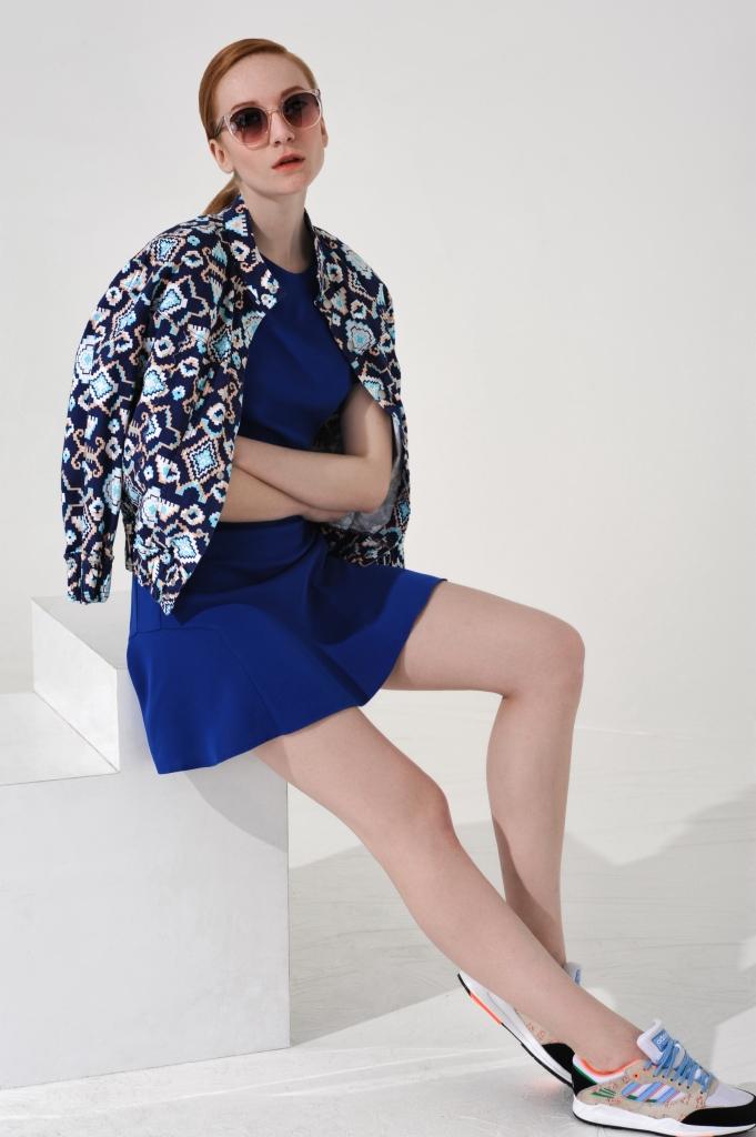 Платье, солнцезащитные очки, все - Topshop; жакет - Levi's; кроссовки - Topshop x adidas Originals