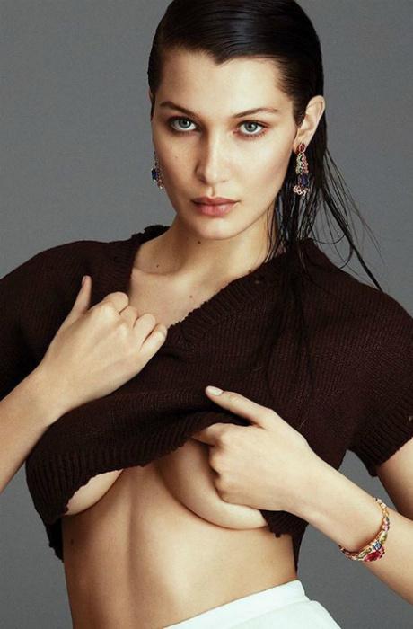Почти голая грудь