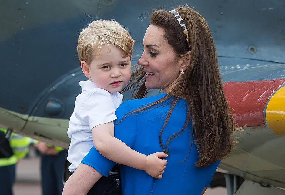 Герцогиня Кембриджская с принцем Георгом