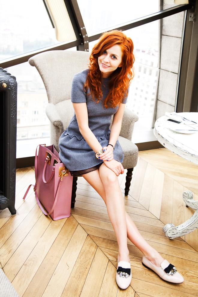 Платье - Red Valentino, лоферы - Miu Miu, сумка - Sophie Hulme