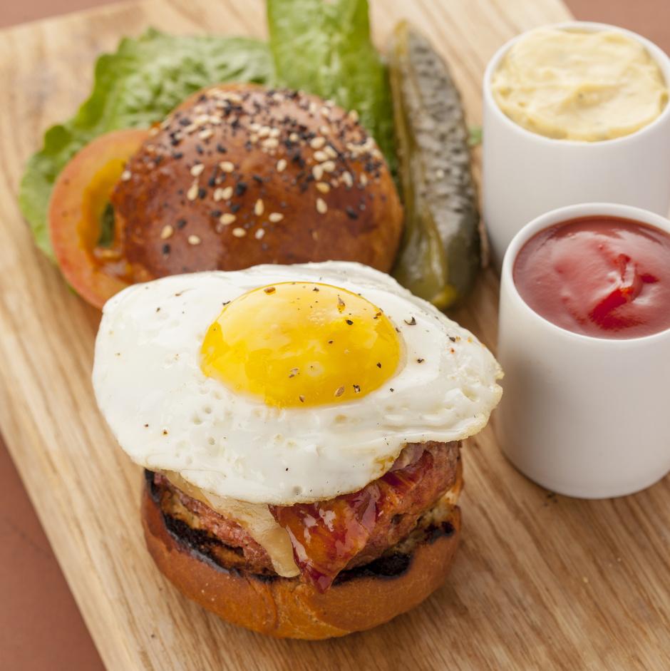 Бургер с сыром, беконом в кленовом сиропе и яйцом