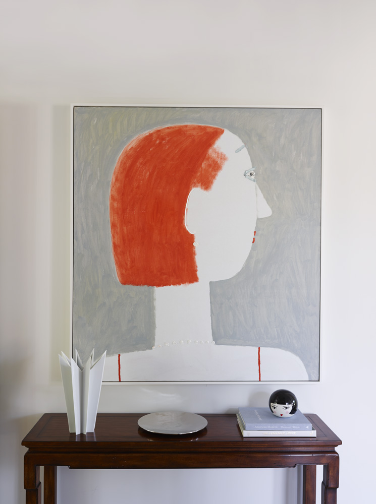 Фрагмент холла. На стене — картина Петра Бронфина. Консоль, Ralph Lauren Home. Ваза, Sieger by Fürstenberg.