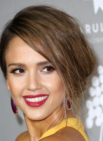Джессика Альба: прическа и макияж