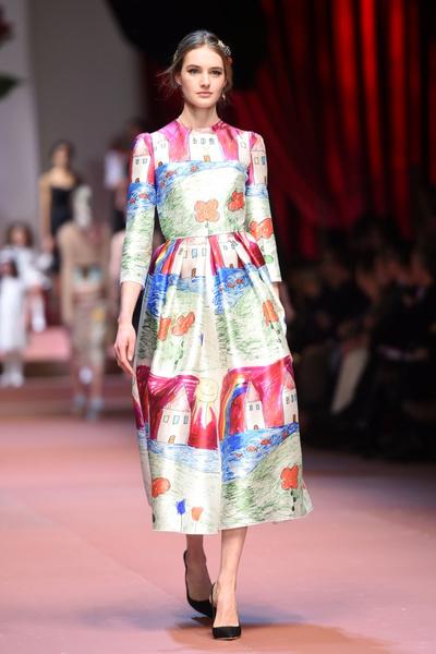 Дочки-матери: Dolce & Gabbana представили семейную коллекцию на Неделе моды в Милане | галерея [1] фото [2]