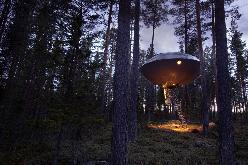 Футуристический отель на деревьях Treehotel в Швеции фото 4