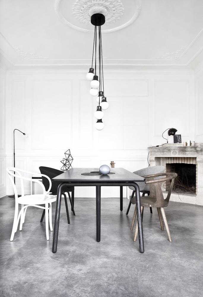 Столовая. Обеденный стол Raft, проект хозяина дома для студии Norm. Потолочный светильник Mass, лампы из матового стекла с патронами из мрамора, дизайн студии Norm для &Tradition.
