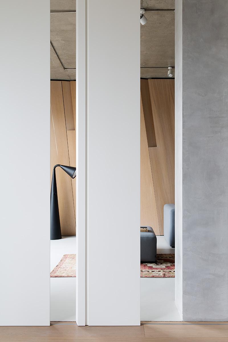Вид из комнаты для йоги на гостиную. Между ними — раздвижная перегородка.