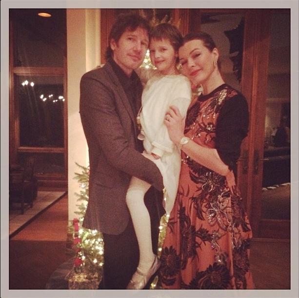 Мила Йовович с мужем Полом Андерсоном и дочкой