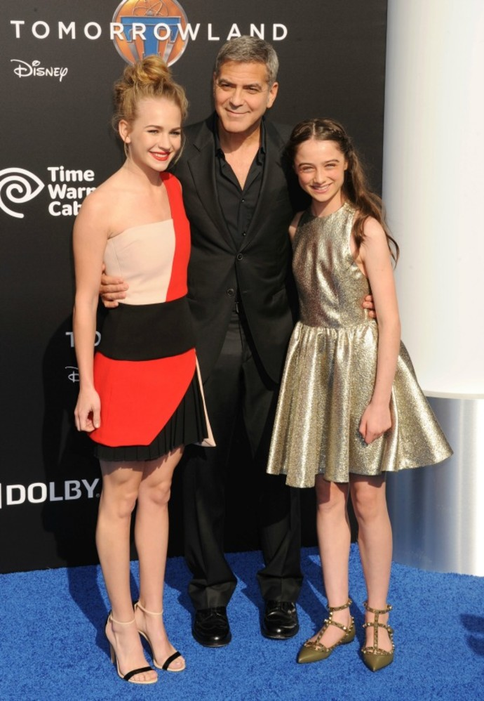 """Джордж Клуни с Брит Робертсон и Раффи Касиди на премьере """"Земли будущего"""""""