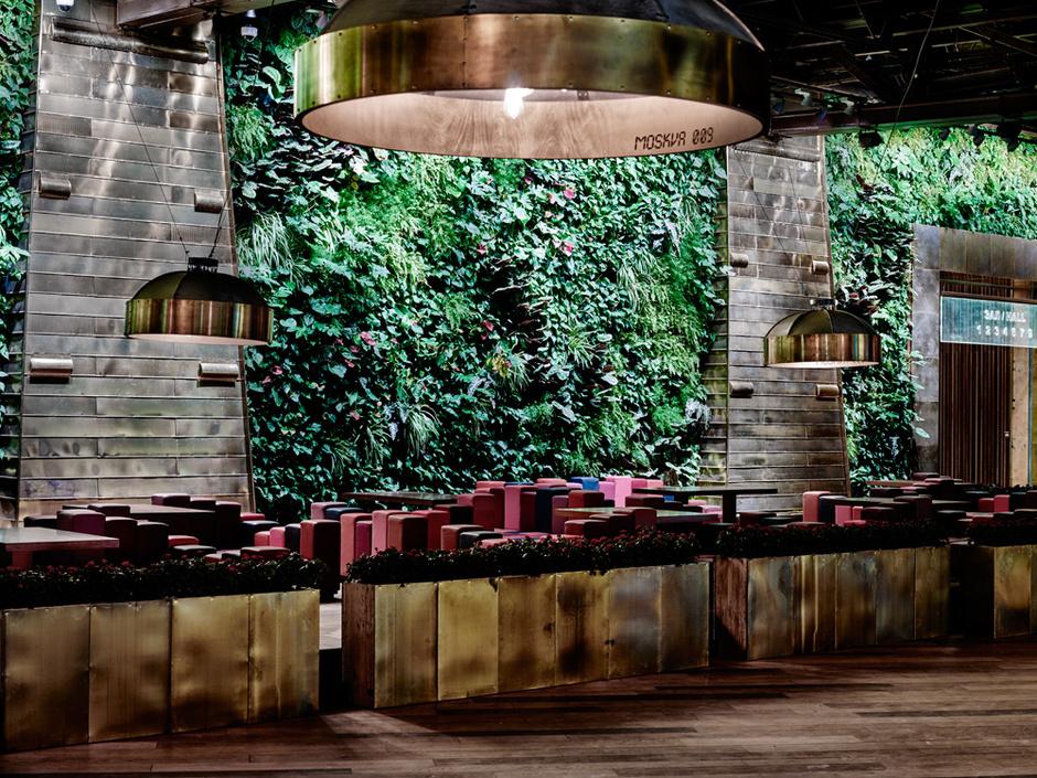 «Зеленая стена» высотой пять метров с живыми растениями и водопадами расположена в главном атриуме.