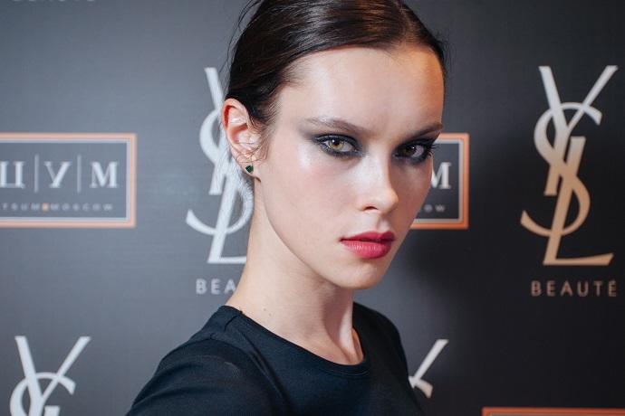 Модель с макияжем от креативного директор марки Yves Saint Laurent Ллойд Симмондс