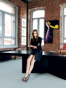 Платье, Azzaro; трикотажный кардиган, Hermes; туфли, Christian Louboutin; кольцо, Much2Much