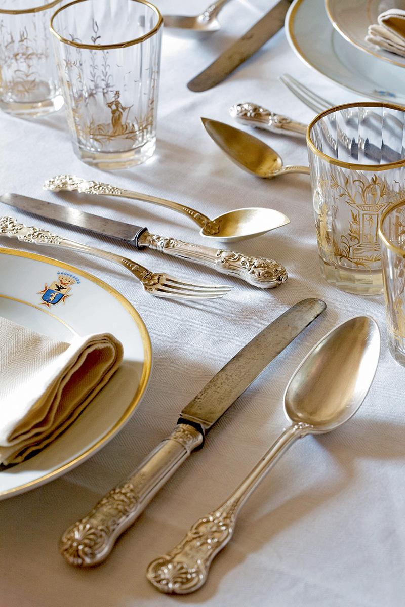 Фамильные серебряные столовые приборы и фарфоровая посуда работы флорентийских мастеров украшены гербом рода Бандинелли.