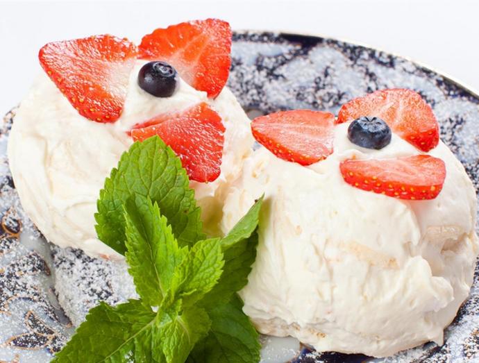 Десерт «Гулилола» — воздушное пирожное-безе с творожной начинкой и свежей клубникой