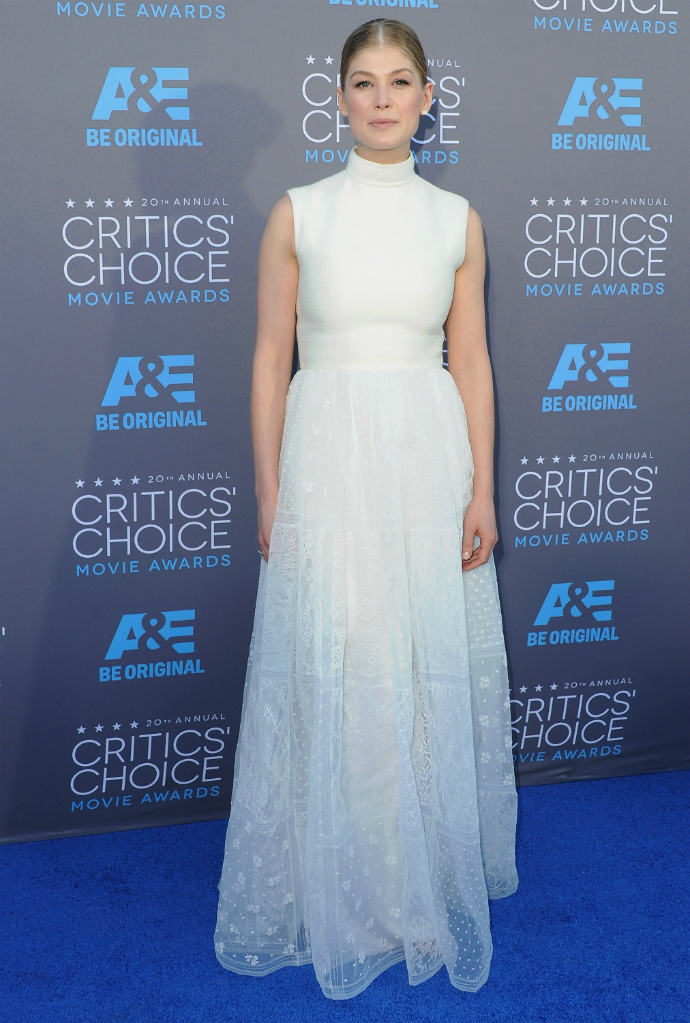 Розамунд Пайк в Valentino Couture на церемонии Critics Choice Awards