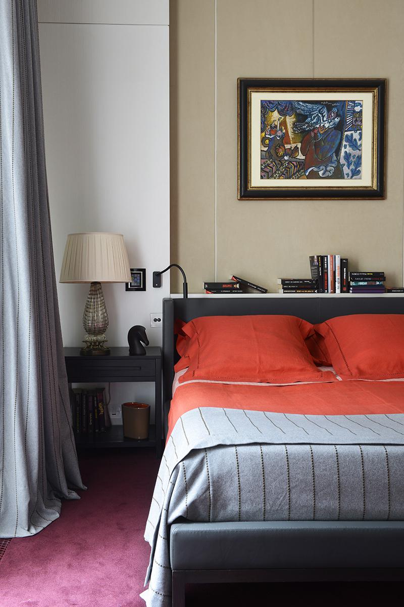 Спальня. Стены обиты замшей от Kvadrat, на кровати постельное белье, Hermès. Над кроватью картина Тео Тобиасса. Шторы из фланели, Jules & Jim.