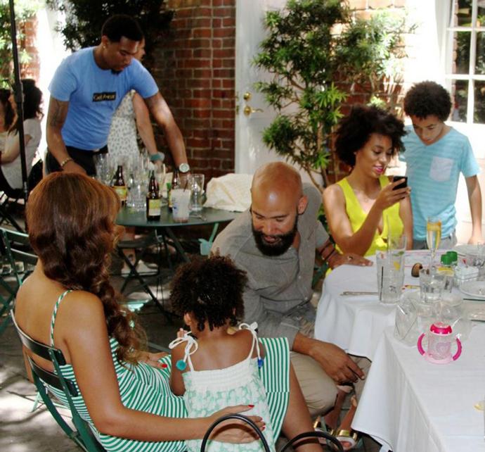 Бейонсе с дочерью и Соланж с сыном и бойфрендом