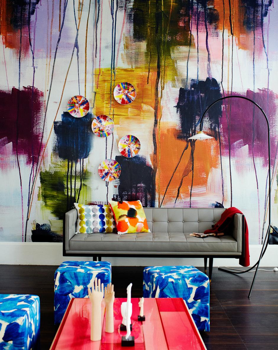 Арт-хаус: обои с имитацией росписи, Mr Perswall; тарелки с рисунками Дэмиена Хёрста, Other Criteria; подушки, Habitat; пуфы в обивке из хлопка, Designers Guild.