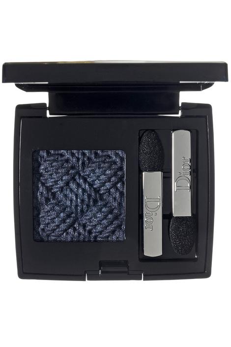 Темно-синие тени Cabine, Diorshow Mono (1 660 руб.) из круизной коллекции макияжа Transat, Dior, напомнили рябь на морской глади. Сразу захотелось в отпуск.