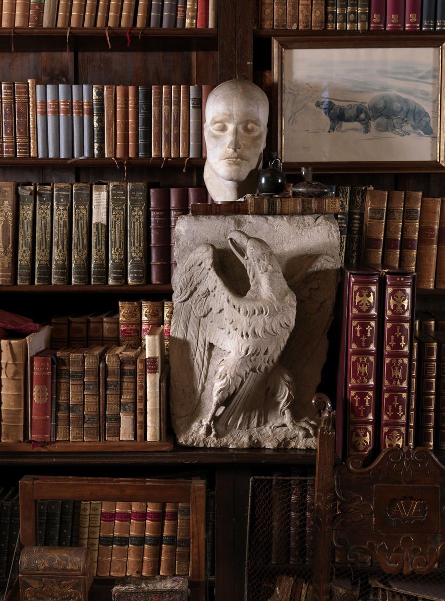 Библиотека, известная как «Комната с глобусом». На полке барельеф с имперским орлом, на нем — погребальная маска Наполеона и его личная печать.