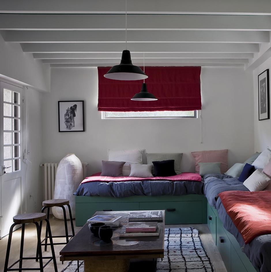 Комната старшей дочери Ясмин оформлена в духе марокканской гостиной. Удобные диваны с льняными покрывалами от Caravane и Merci — идеальная обстановка для посиделок с друзьями. Табуреты и светильники — винтаж. Шторы, Elitis.