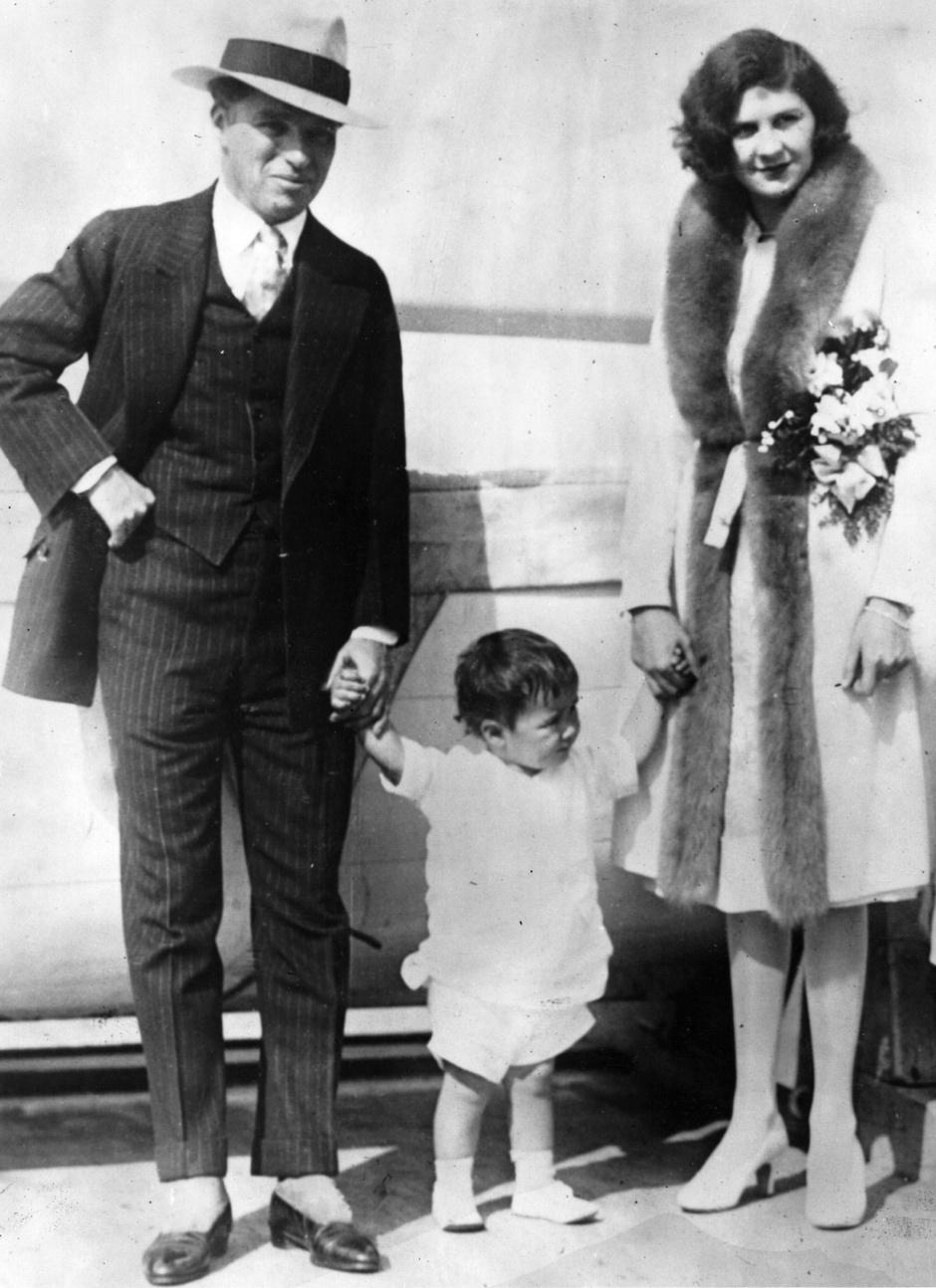 Чарли Чаплин и Лита Грей с сыном