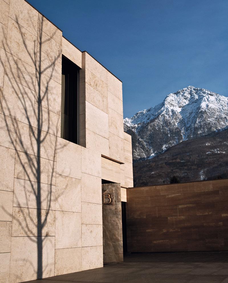 Боковой фасад дома облицован травертином.