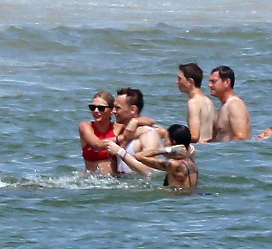 Тейлор Свифт и Том Хиддлстон на пляжной вечеринке