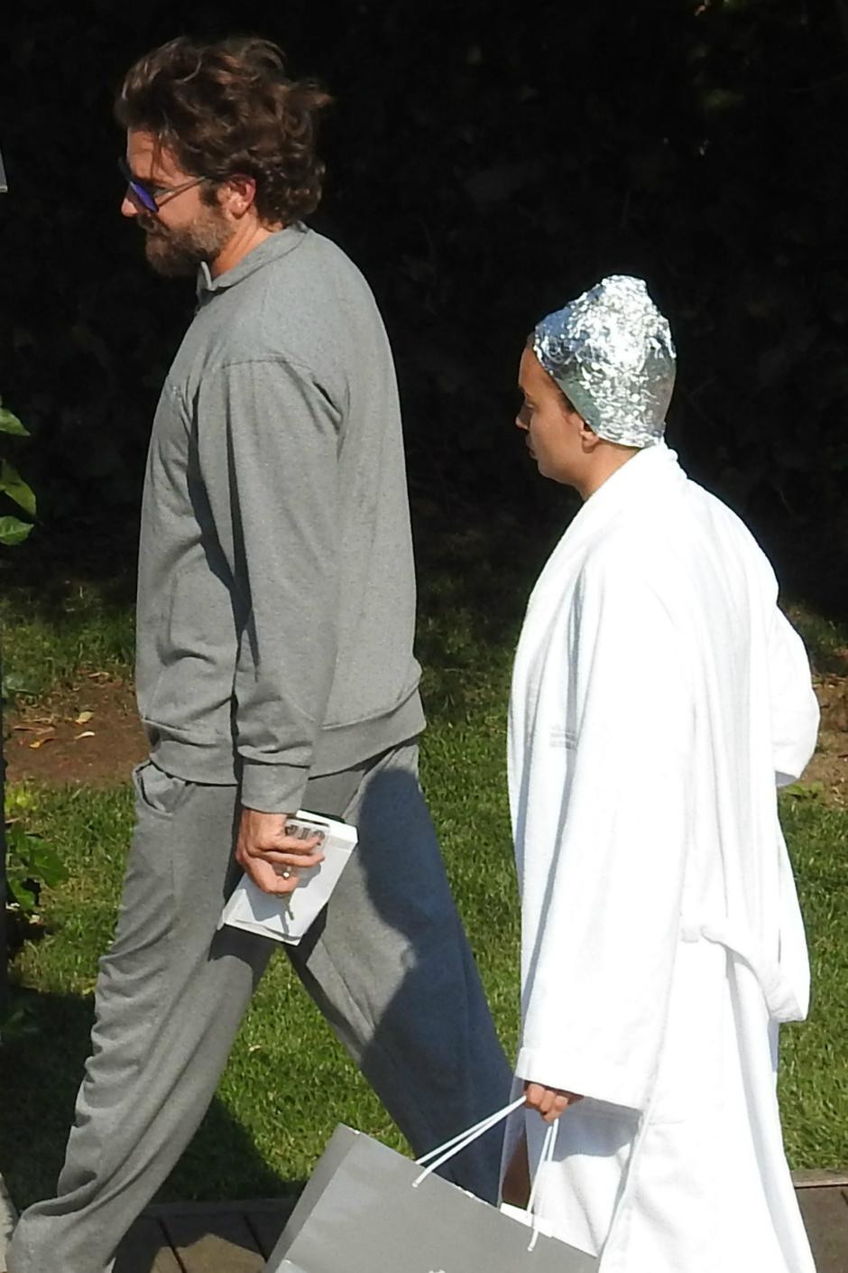 Ирина Шейк на отдыхе с Брэдли Купером взялась за голову