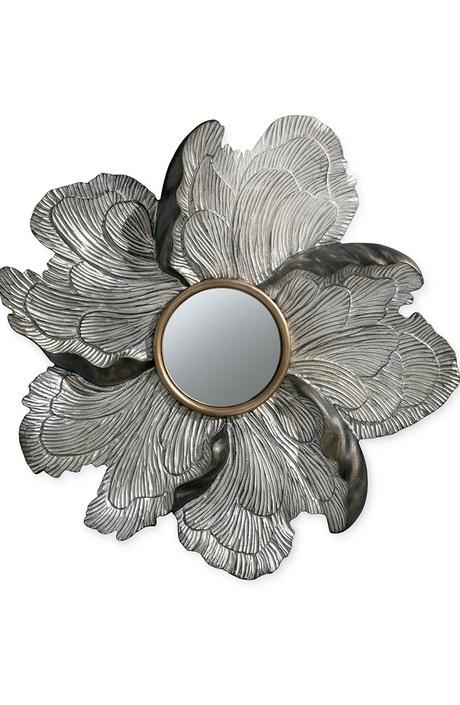 Зеркало Petalo, Baker. Рельефные лепестки декорированы сусальным золотом.