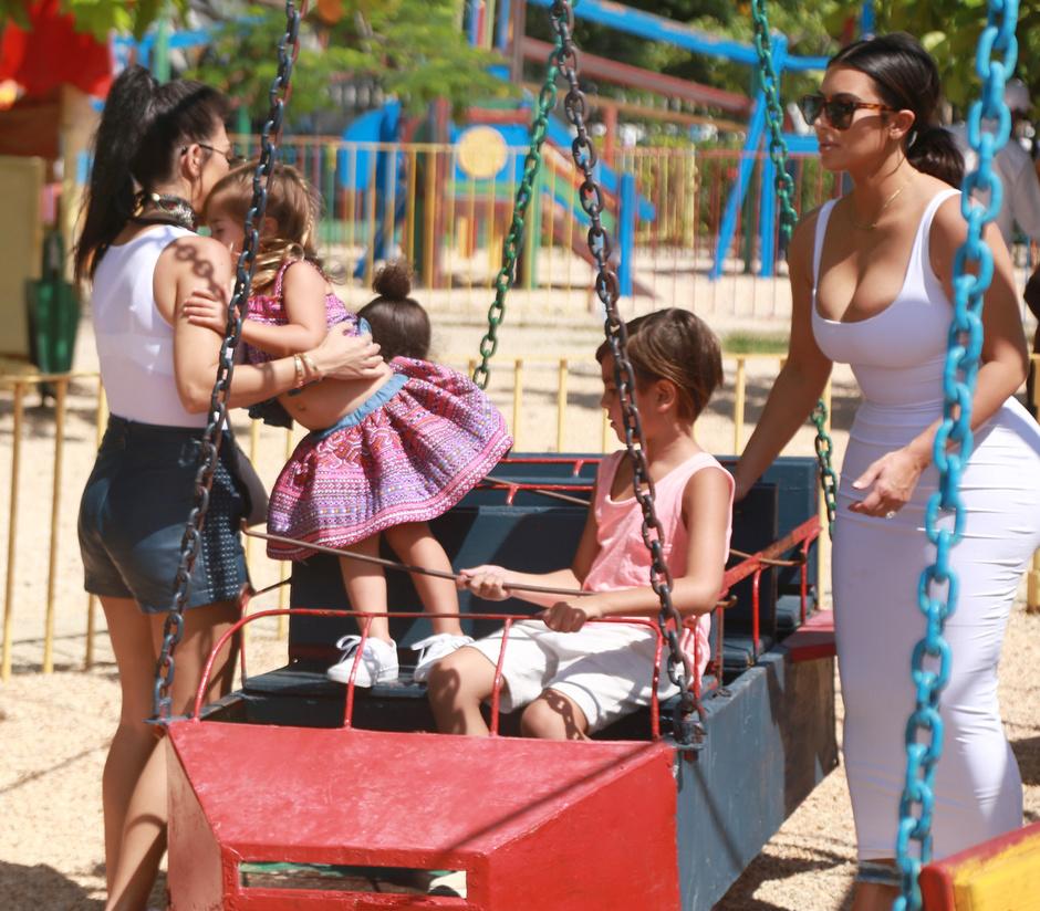 Ким и Кортни Кардашьян с детьми