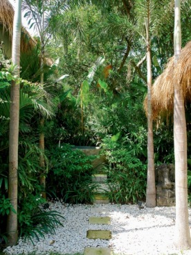 Прямо под открытым небом в саду виллы OAZIA White стоит огромная ванна, вытесанная из цельного речного валуна.