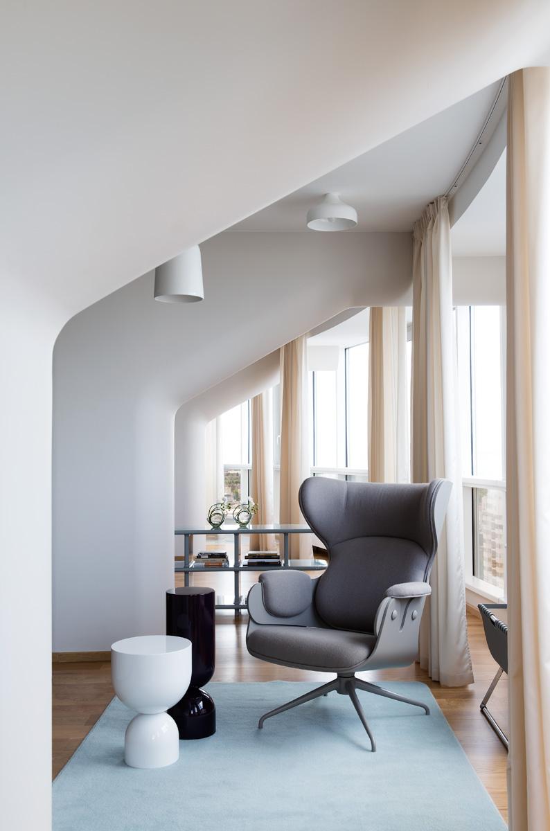 Холл втoрого этажа. Светильники Couples, Bosa, и двери в спальню выполнены по дизайну Екатерины Елизаровой. Консоль, Smania, вазы, Natuzzi.