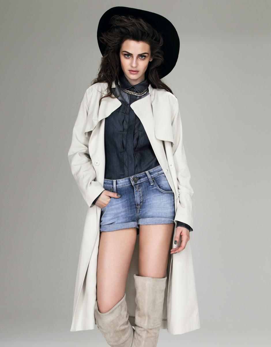 Рубашка из денима, DKNY Jeans; шорты, Replay; тренч, Gant; ботфорты, H&M; шляпа, Gerard Darel; цепь, Urban Outfitters