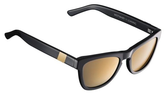 Солнцезащитные очки в черной оправе