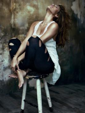 Платье из шелкового шифона, Calvin Klein; легинсы,  Nightcap