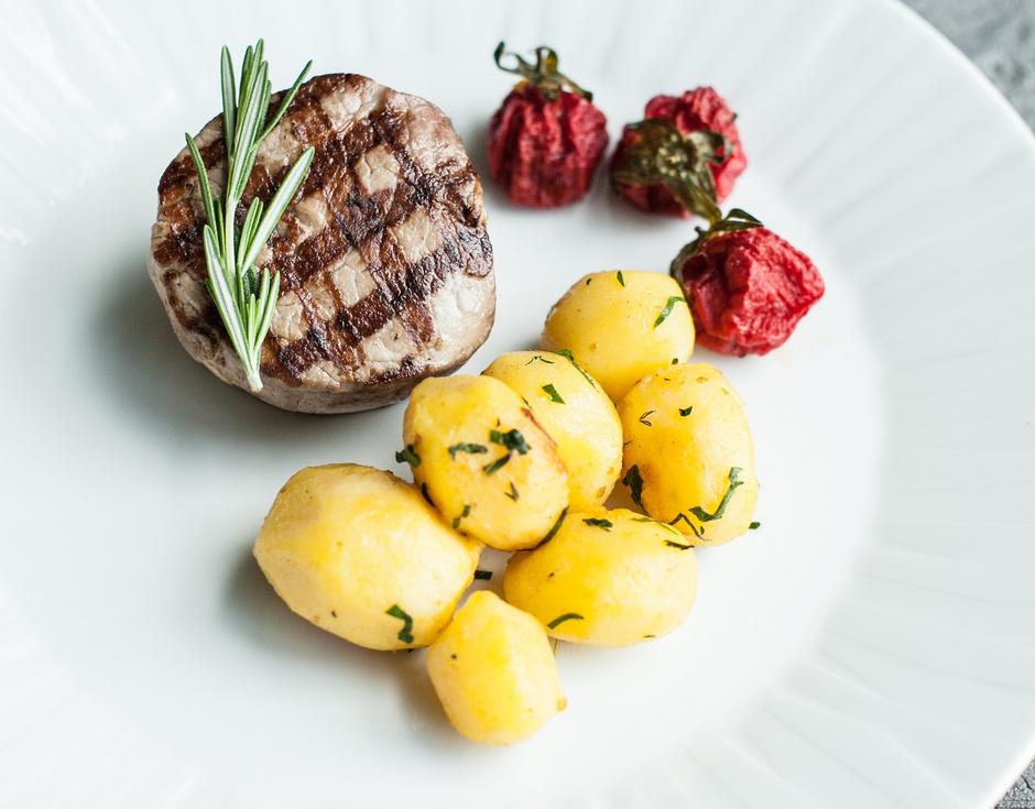 Говядина с картофелем черри и вялеными томатами