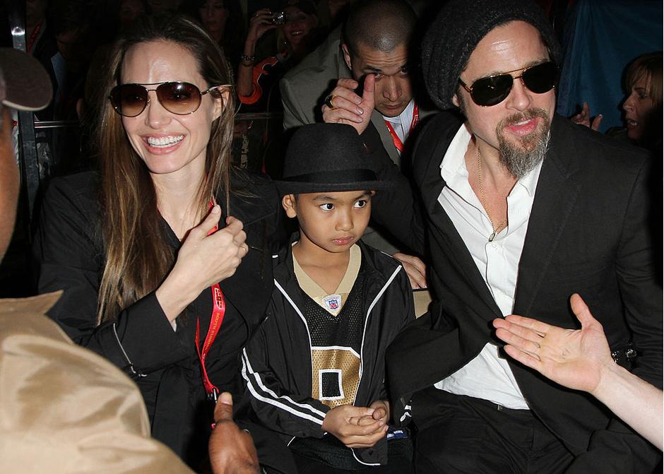 Анджелина Джоли и Брэд Питт с приемным сыном Мэддоксом