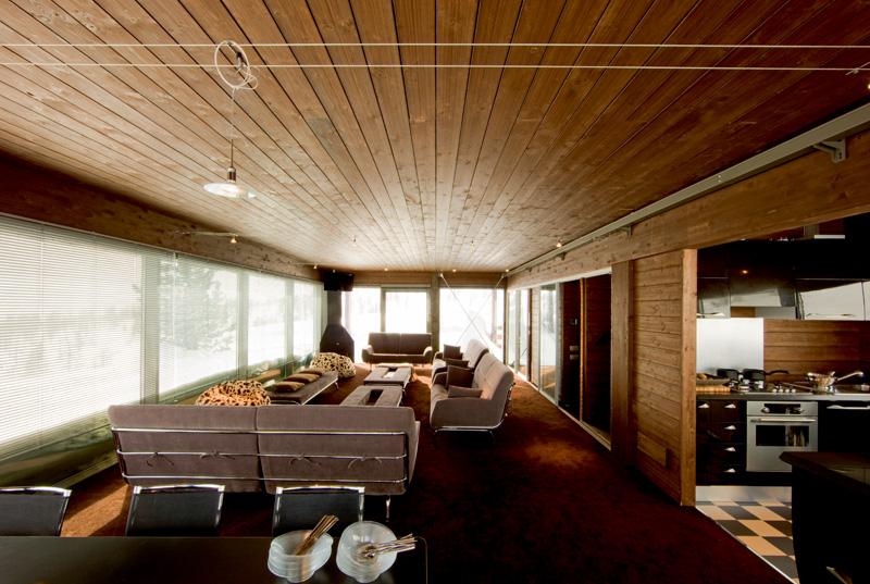 В зоне гостиной стоят обитые бархатом диваны и низкие столики, Cinova.